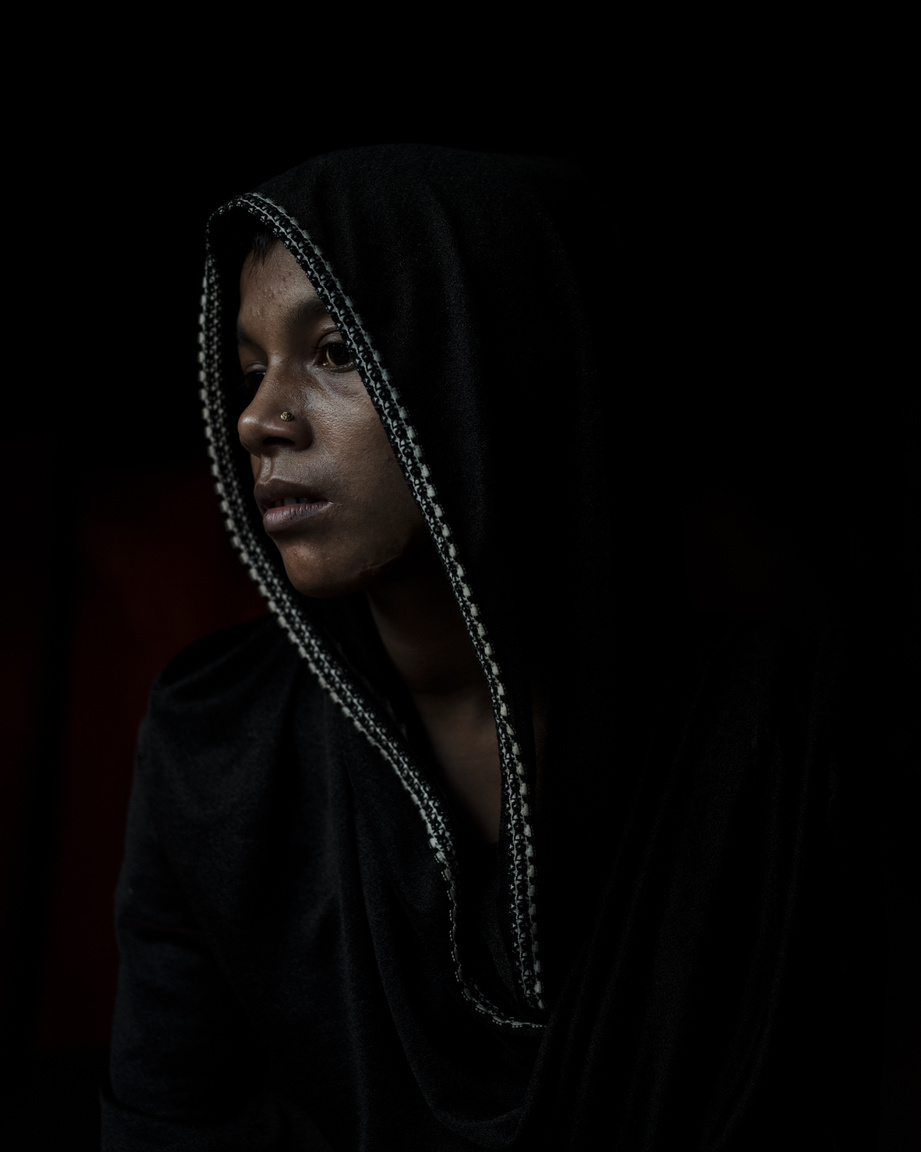 """A 20 éves Rajuma Begun így emlékezett: """"Bevittek hármunkat egy szobába. Megfogták a gyermekemet és a földre dobták. Végig kellett néznem, ahogyan megölik. A két másik nő gyermekeit hasonlóan ölték meg. Néhány perccel később elvitték a gyerekek holttesteit és a tűzbe dobták őket. A katonák mindhármunkat megerőszakolták, majd félholtra vertek bennünket. Aztán ránk gyújtották a házat. Láttam, hogy a bambuszfalon van egy lyuk, belerúgtam és kimenekültem a kunyhóból. Senki más nem jött ki abból a házból. Mind halálra égtek odabenn""""."""