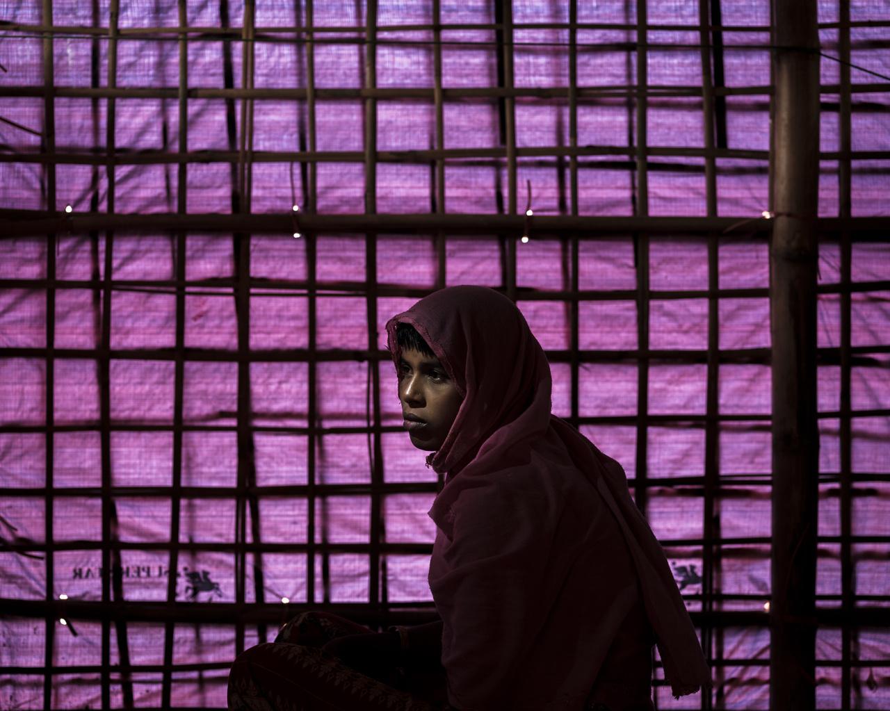A 15 éves Shafika Begum (15 éves) valószínűleg az egyetlen túlélő a családjából. Ő látta, ahogyan a katonák lelövik az apját és négy bátyját, majd ezek után őt, az édesanyját és a 11 éves húgát egy kunyhóba rángatták. A kistestvére torkát a szeme láttára vágták el, Shafikát pedig leütötték. Mire magához tért, az anyja és a húga is halottak voltak, az ő ruhája pedig lángolt, de sikerült kimenekülnie az épületből.  A 25 éves Rashida még nevet sem adott 28 napos gyermekének, akit a szeme láttára öltek meg a katonák.