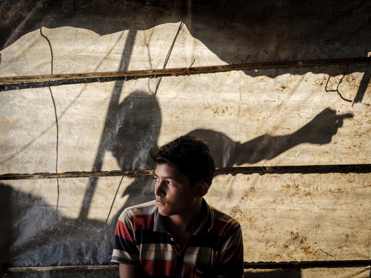 A 16 éves Mohammed Rafik is Tula Toliból menekült. A Bangladesbe tartó úton minden egyes buszt és kamiont végigellenőrzött, hátha megtalálja a családtagjait, majd az egyiken rábukkant két testvérére. Családjából csak ők hárman élték túl a mészárlást.