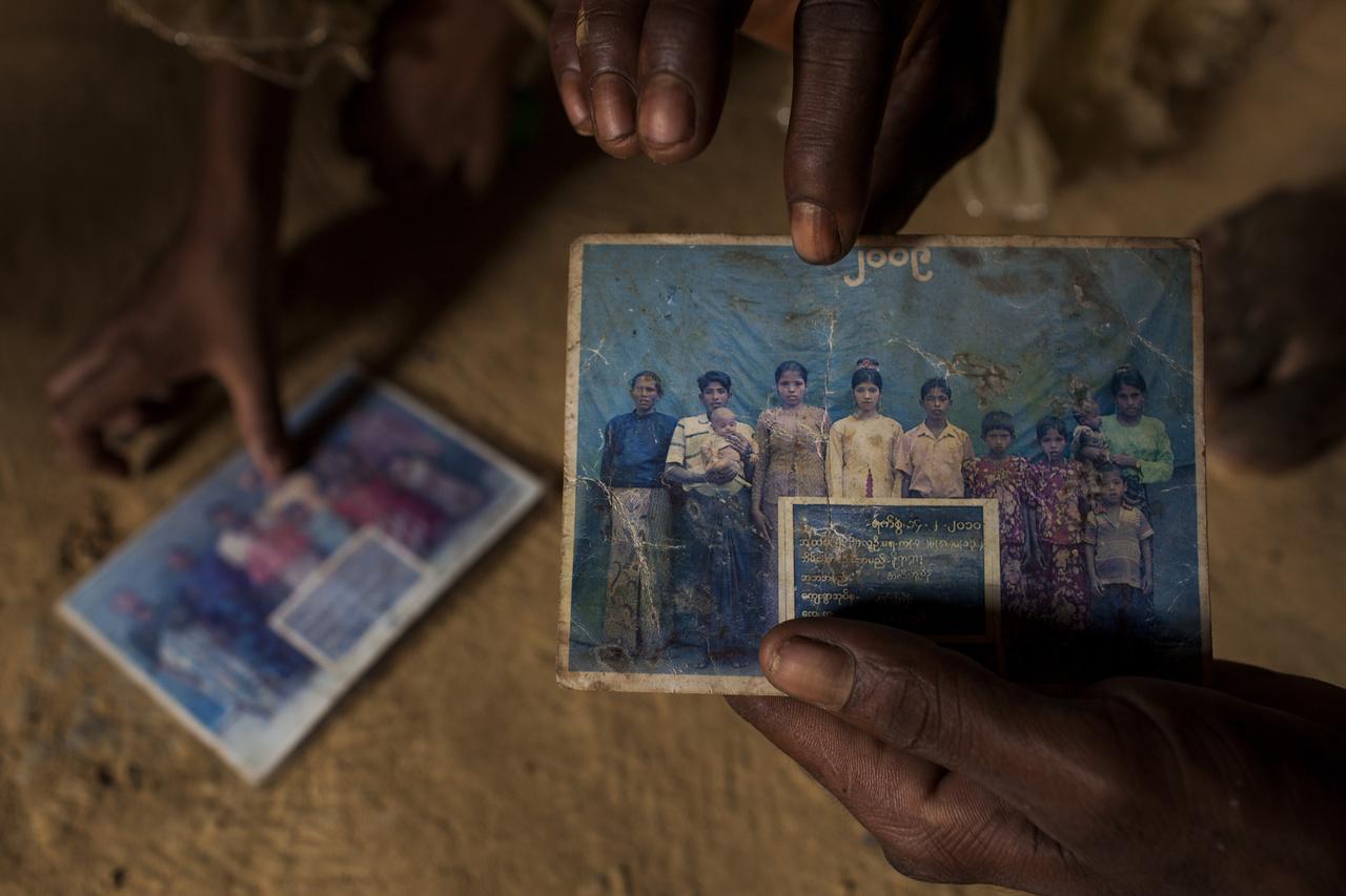 A 30 éves Kabir Ahammaed két lányával érkezett a táborba. A családi fotójukat mutatja az Unicef munkatársának.