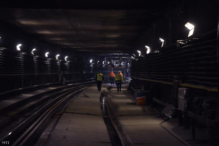Munkások a 3-as metróvonal felújítás alatt lévõ Újpest-központ és Újpest-városkapu közötti részen 2018. március 27-én.