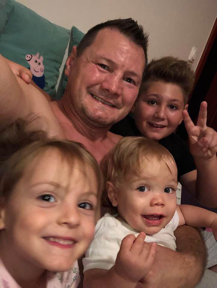 """Gréti, Vilmos és a nagyfiú Viktor, édesapjukkal. Madár csak ennyit írt a kép mellé: """"Csibészek..."""""""