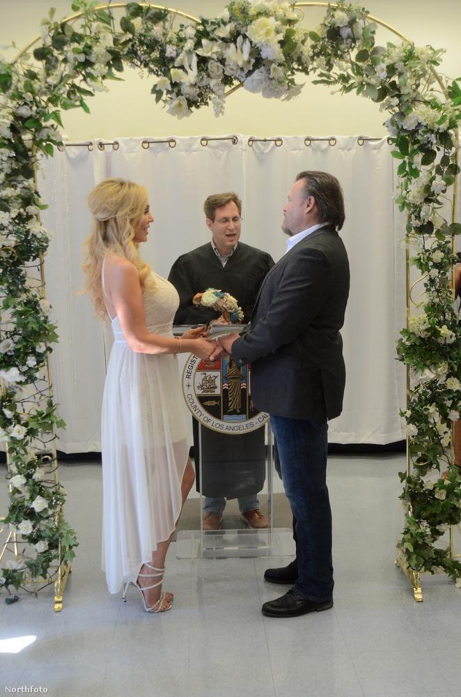 A képen látható menyasszony születési neve Mary Ellen Cook, művészneve Mary Carey