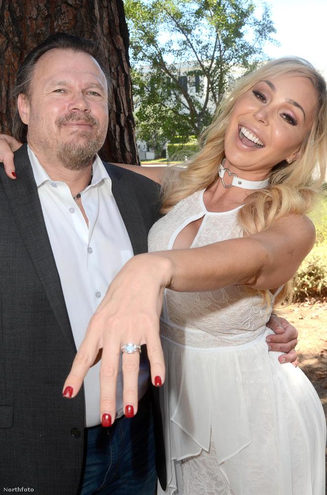 Reméljük, Mary Carey nemcsak a fotósnak, hanem a Jonas-tesóknak is megmutatta a gyűrűjét, merthogy a fiatalemberek annak idején azzal lettek híresek, hogy szüzességi fogadalmuk jeléül hasonló gyűrűt viseltek