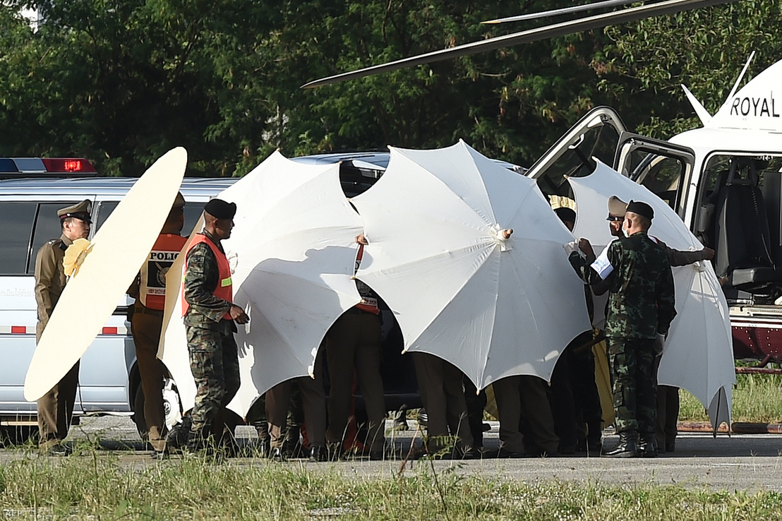 A mentés után a gyerekeket a szállítás közben végig ernyőkkel takarták el a kamerák elől.