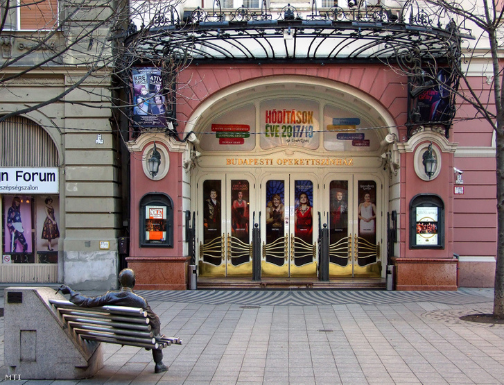 A Budapesti Operettszínház főbejárata a Nagymező utcában. Előtte (b) Kálmán Imre zeneszerző padon ülő szobra.