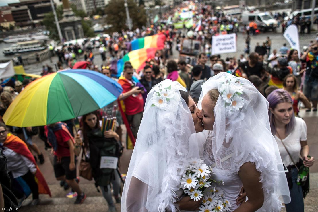 Menyasszonynak öltözött pár csókolózik a 7. alkalommal rendezett Prague Pride melegfelvonuláson a cseh fővárosban 2017. augusztus 12-én. Idén mintegy 15 ezren vettek részt a szexuális kisebbségek hetét lezáró prágai parádén.