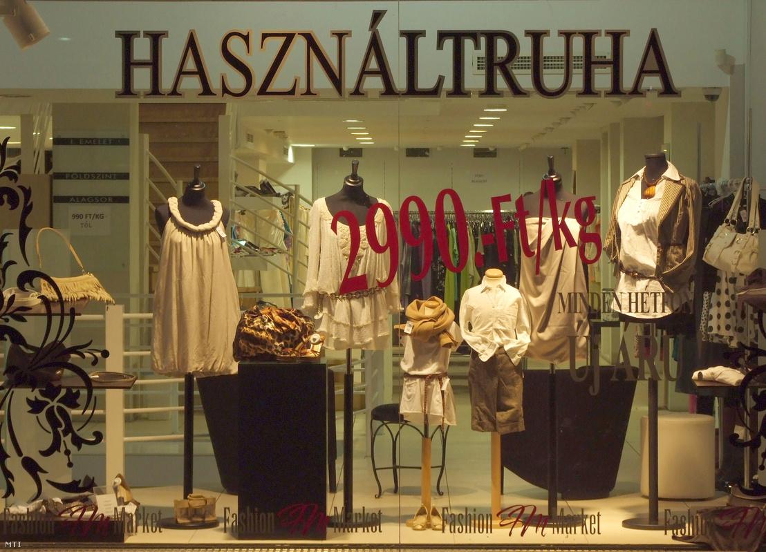 Használt női ruhákat árusító üzlet a fõváros V. kerületének egy forgalmas utcájában 2012-ben