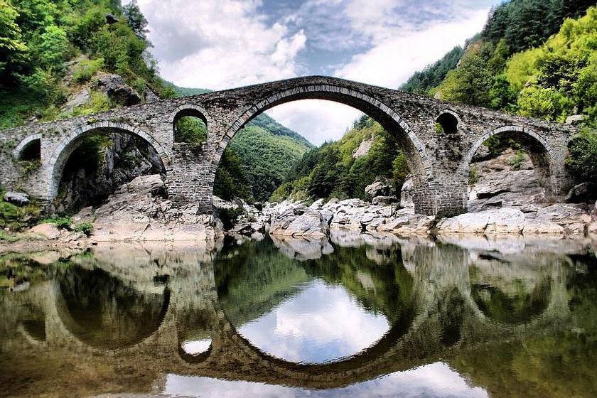A bulgáriai Arda-folyón átívelő Ördög hídjához köthető egyik legenda szerint a 16. század elején készült híd főépítészének felesége a kivitelezési munkák idején hunyt el, lelkét pedig bezárták a szerkezetbe.