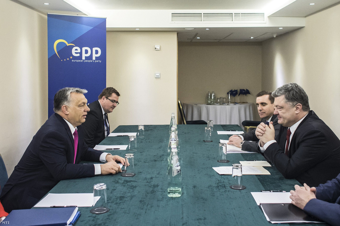 Orbán Viktor miniszterelnök (b) és Petro Porosenko ukrán elnök (j) találkozója az Európai Néppárt máltai kongresszusának keretében Vallettában 2017. március 30-án.