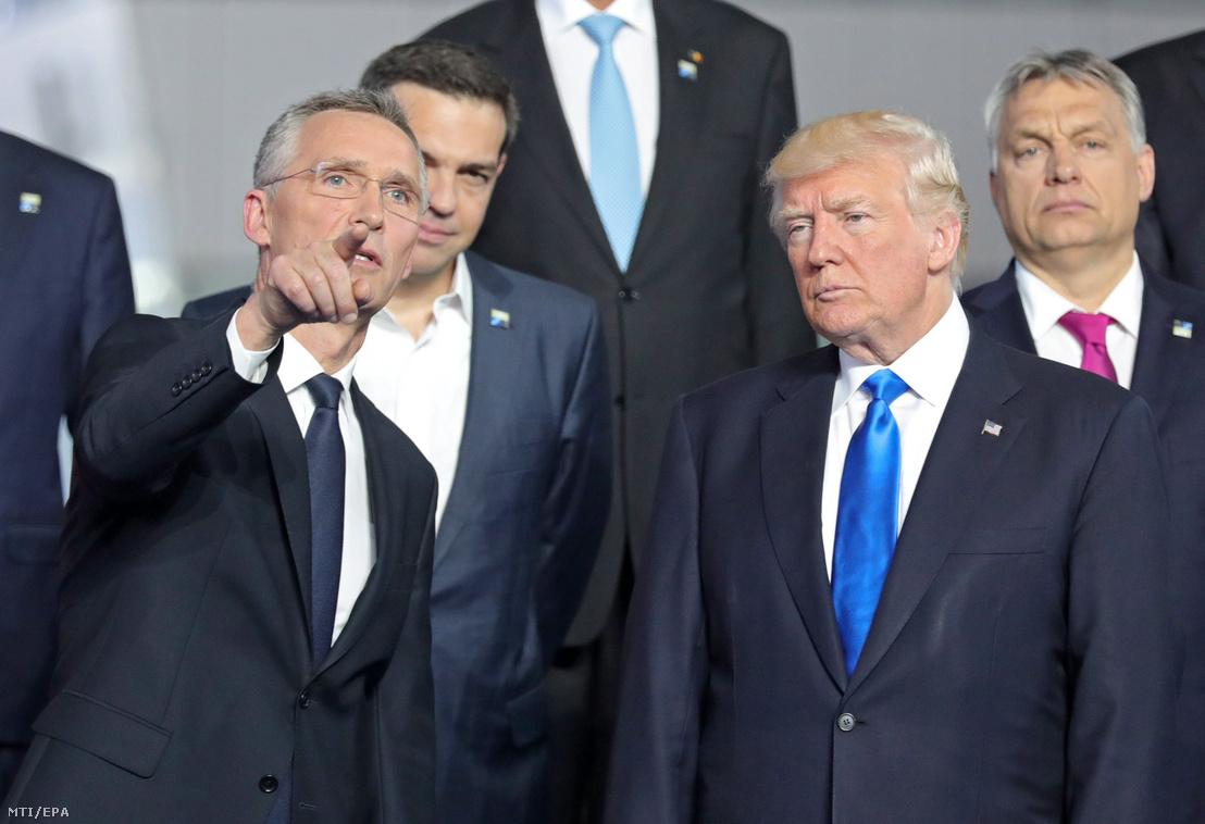 Jens Stoltenberg NATO-főtitkár (b) és Donald Trump amerikai elnök (j2) beszélget csoportképkészítés közben Orbán Viktor miniszterelnök (j) és Alekszisz Ciprasz görög kormányfő előtt a NATO-tagországok állam- és kormányfőinek egynapos csúcstalálkozóján Brüsszelben 2017. május 25-én.