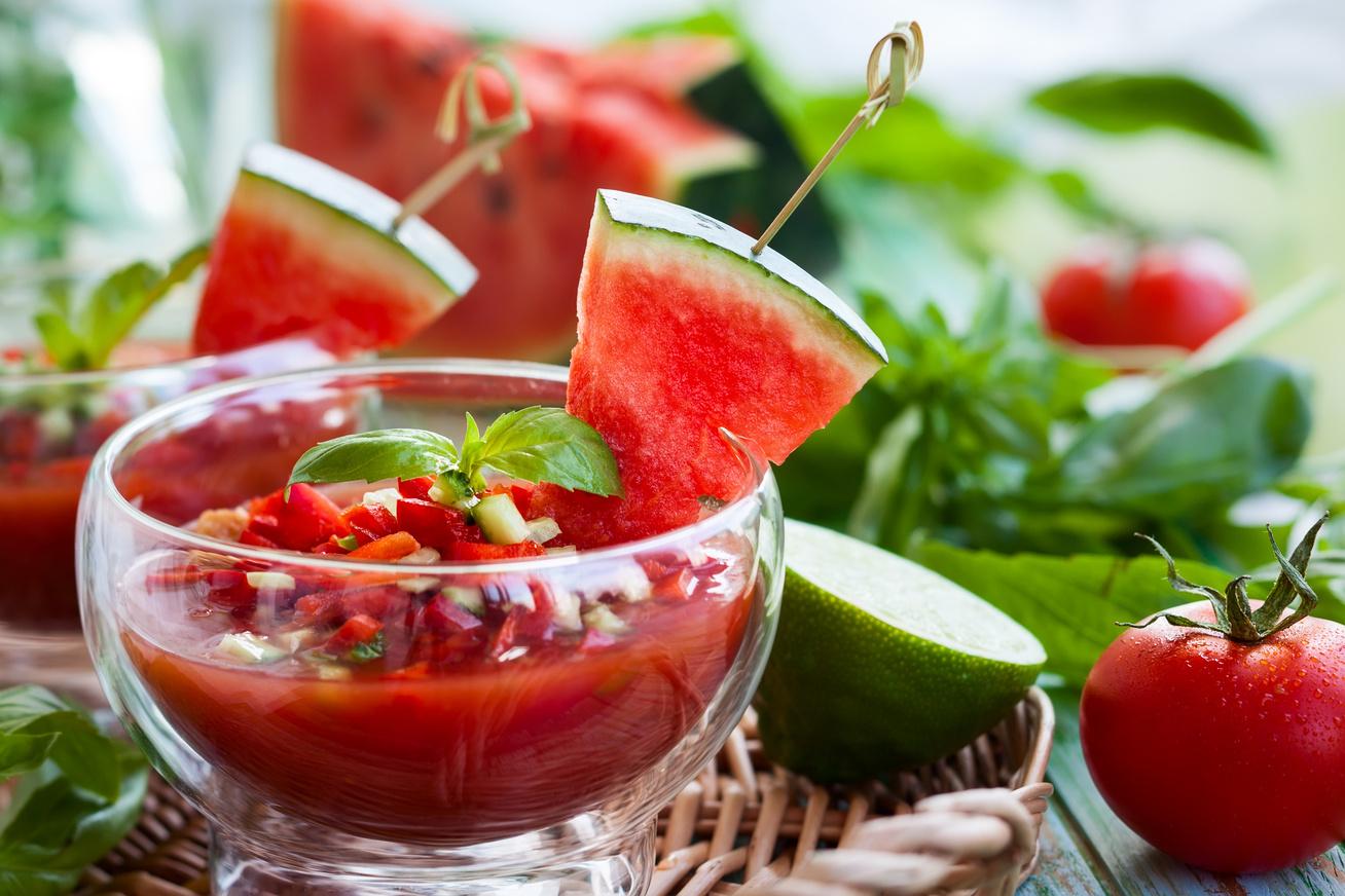 Bazsalikomos, dinnyés gazpacho: jéghideg leves főzés nélkül