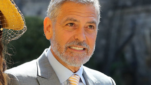 Videón, ahogy George Clooney motorja frontálisan ütközik egy autóval