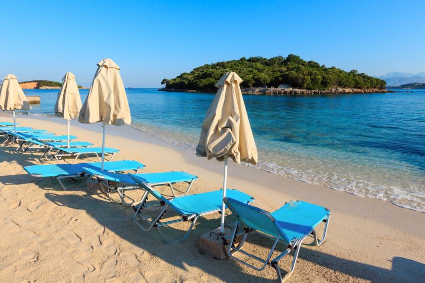 Fehér homokjával, és kristálytiszta vizével Ksamil partja igazi gyöngyszem. A csodás Ksamil-szigeteket is nézd meg, ha erre jársz!