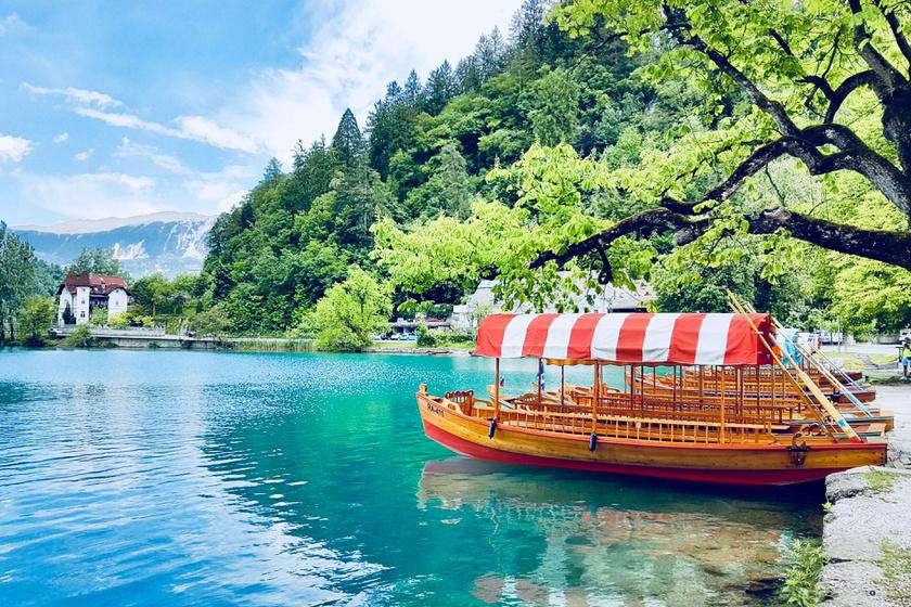 A Szlovéniában található Bledi-tó mesés természeti kincs: bérelj csónakot, úgynevezett pletnát, és hajózz be Szlovénia egyetlen szigetére, ahol a templomhoz vezető 99 lépcsőn - a legenda szerint -, ha a vőlegény felcipeli a menyasszonyát, a házasság örökké tart majd.