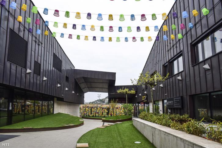 A MOM Sport Uszoda és Sportközpont előtere a XII. kerület Csörsz utcában.