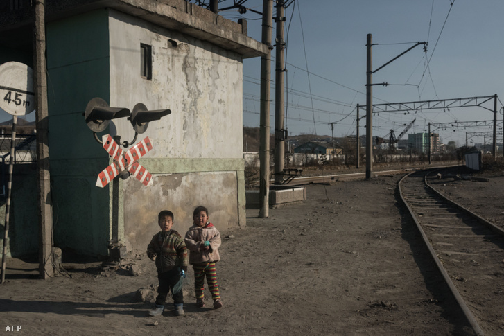 Észak-koreai gyerekek Chongjin állomáson