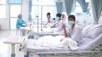 Itt vannak az első videók a kórházban pihenő thai gyerekekről