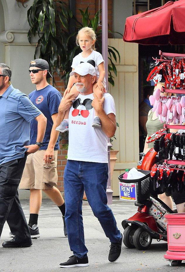Bruce Willis imádja a lányait, akikkel próbál minél több időt együtt tölteni, legutóbb Disneyland volt az úti cél. Természetesen legkisebb lánya, a 4 éves Evelyn sem maradhatott ki a buliból.