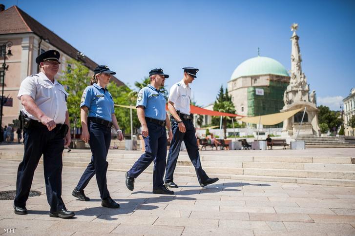 Képünk illusztráció! Horvát és magyar rendőrök Pécsett a Széchenyi téren