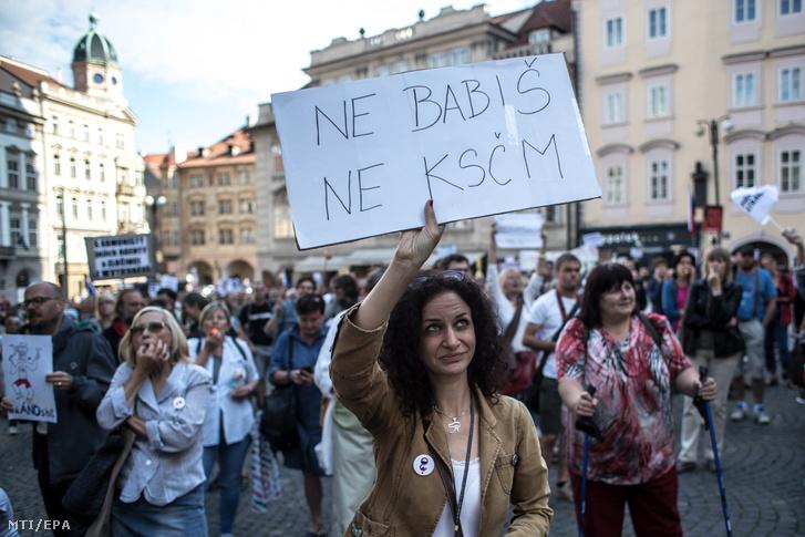 Tüntetõk tiltakoznak Nem Babisra nem a KSCM-re feliratú transzparenssel Prágában