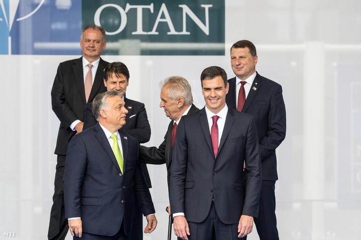 Orbán Viktor magyar miniszterelnök, Milos Zeman cseh elnök és Pedro Sanchez spanyol miniszterelnök (elöl, b-j) a NATO kétnapos brüsszeli csúcsértekezletének első napján, 2018. július 11-én.