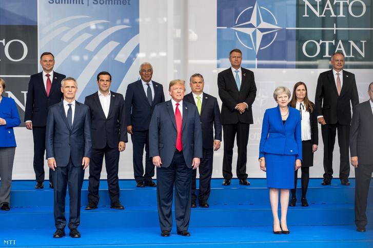 Jens Stoltenberg NATO-főtitkár, Donald Trump amerikai elnök és Theresa May brit miniszterelnök (az első sorban, b-j) a NATO kétnapos brüsszeli csúcsértekezletének első napján, 2018. július 11-én.