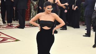 Kylie Jenner 5 hónapos lányának már ki van lyukasztva a füle