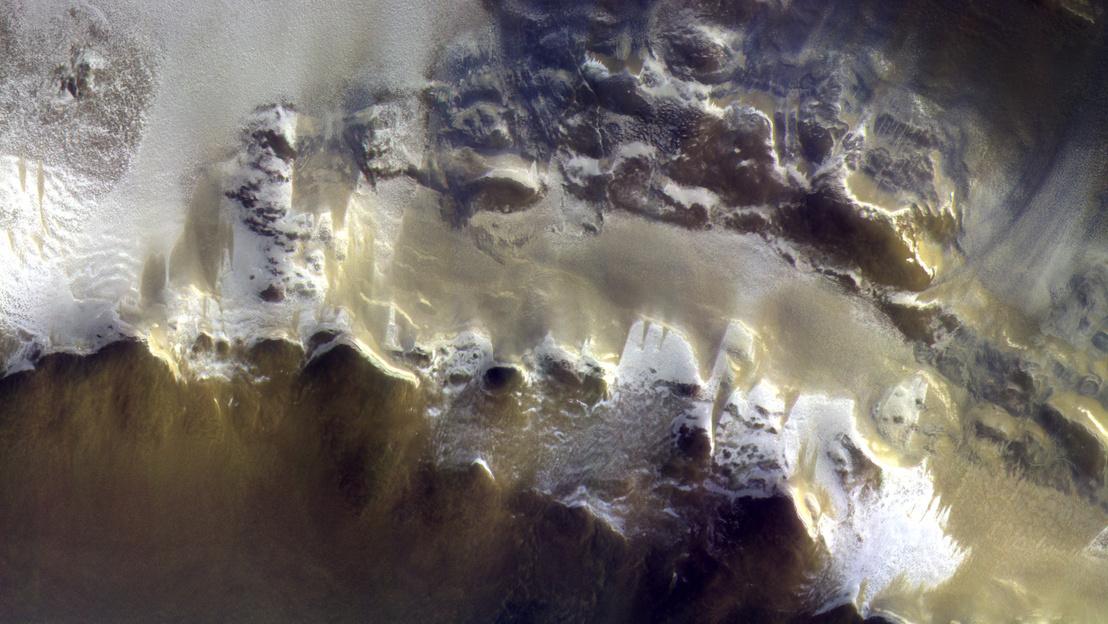 A már a Mars körül keringő ExoMars műhold felvétele a Koroljov-kráter pereméről