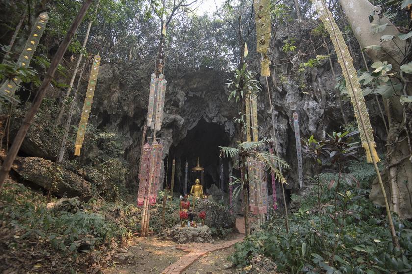 A nagy barlang (Thum Luang) egészen a hegy szívéig fut, bejárata 80 méter széles.