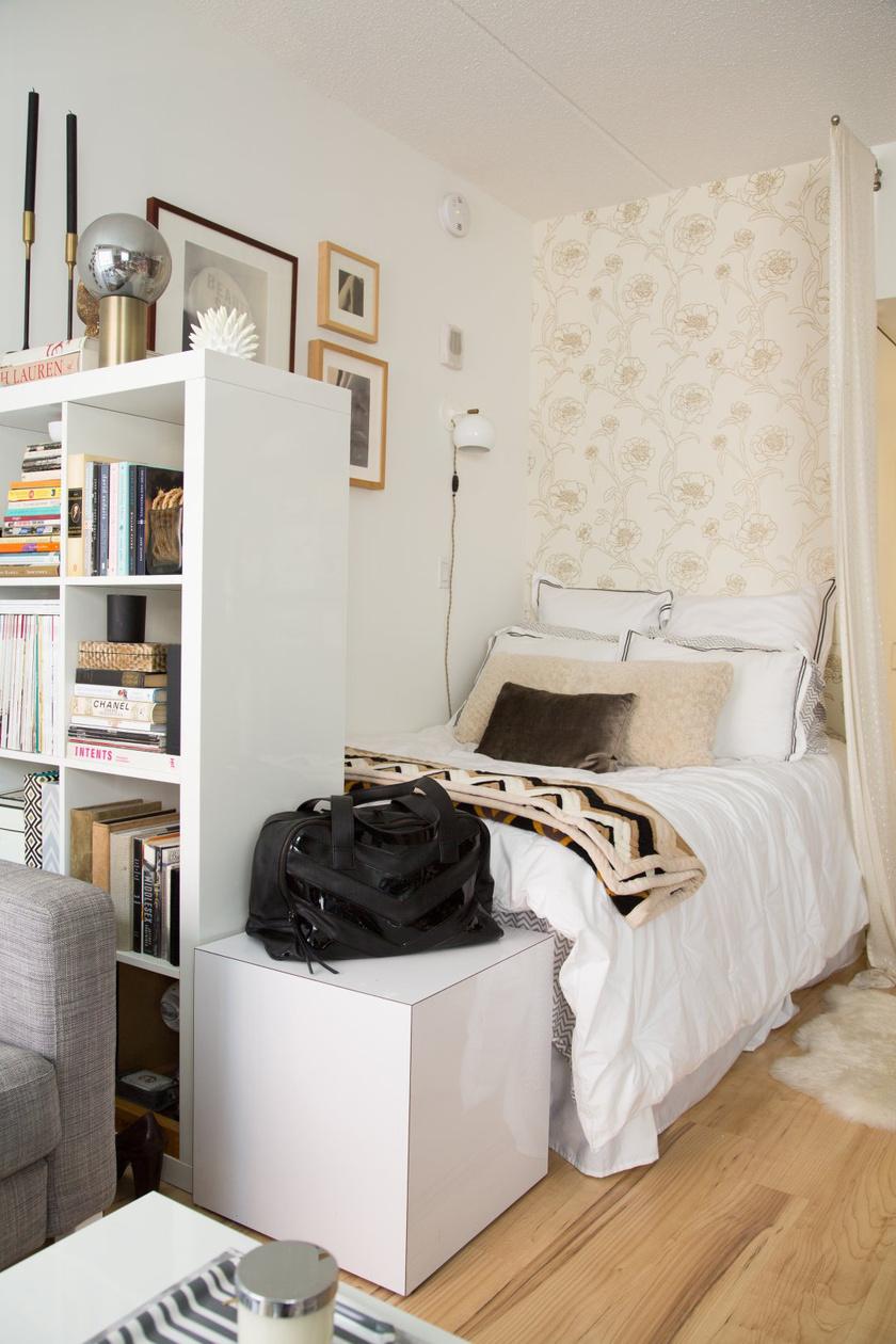A kis terek megfelelő kihasználtságát segítik a praktikus, összecsukható vagy kis méretű bútorok. A polcok egyben térelválasztó funkciót is kaphatnak.