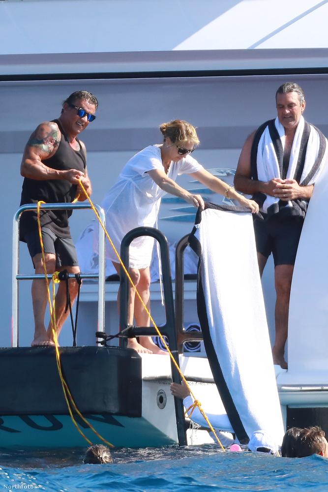 Stallone a feleségével, lányaival és másokkal nyaral most dél-Franciaországban, és valamit nagyon húz.