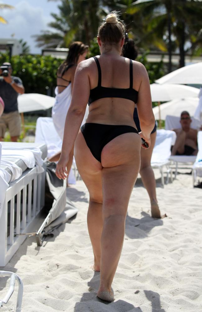 Illetve Iskra Lawrence-szel előfordul, hogy strandolás közben is dolgozik, illetve dolgozás közben is strandol, ez volt a helyzet például tavaly augusztusban
