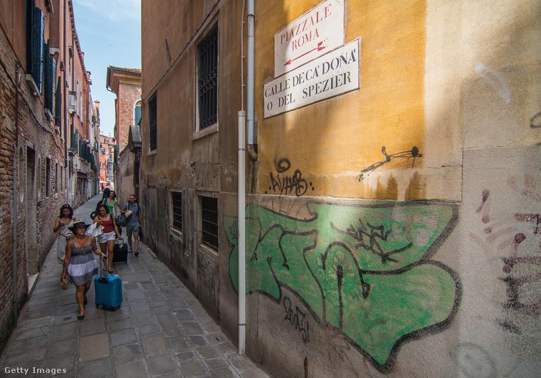 Még nagyobb kár, hogy ezek a személyek egy-egy ocsmány falfirkánál többet nem tudnak hozzátenni ahhoz, amit Velence több évezred kincseiből kínál mindenkinek