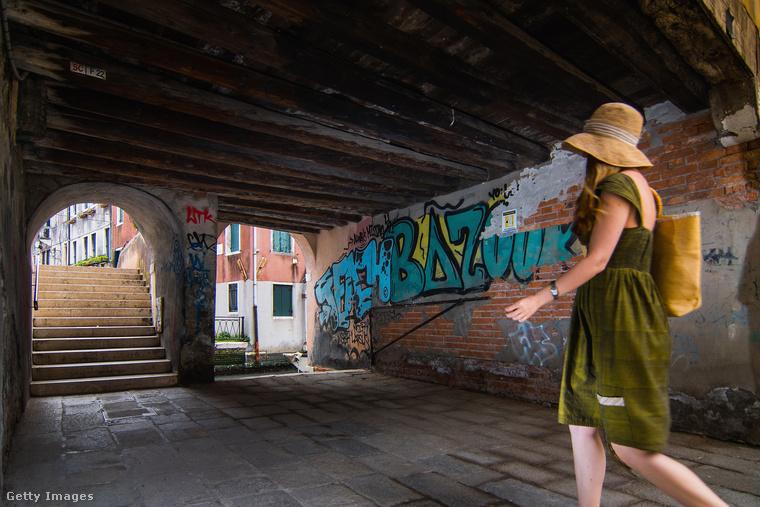 Simone Padovani fotós úgy döntött, hogy megörökíti, hogyan válik Velence szép lassan a graffitik és tagek martalékává.