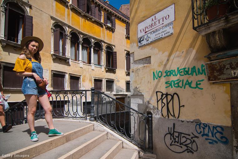 Velencében a víz és a pára miatt különösen nehéz megfelelő karban tartani a folyamatosan süllyedő, könnyen penészedésnek-rothadásnak induló házakat, hát hálás köszönet minden kedves graffitizőnek, hogy amit az évszázadok és az időjárás nem tett tönkre, annak nekimennek ők.