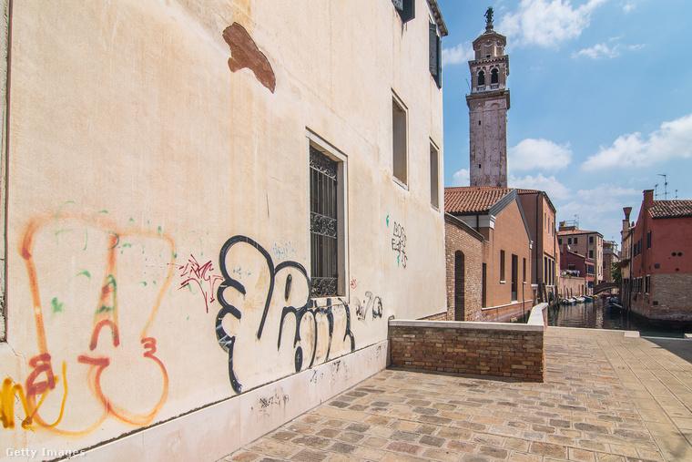 Bár ezen a képen pont egy lélek nincs, problémát okoz Velencében az is, hogy túlságosan sok a turista az állandó lakosok számához képest.
