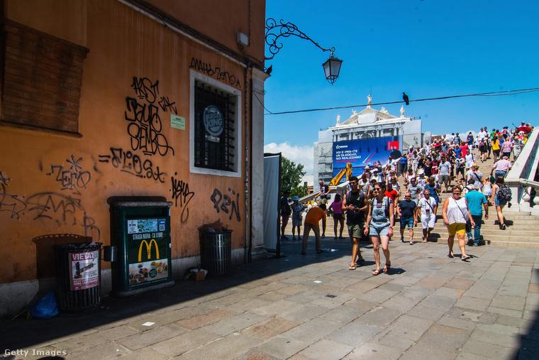 Velencében évek óta próbálnak tenni valamit a turisták számának megregulázása érdekében, és úgy néz ki, hogy a legforgalmasabb helyeken a legforgalmasabb időszakokban létszámstop lesz beengedőkapukkal, hogy elkerüljék a túlzsúfoltságot.