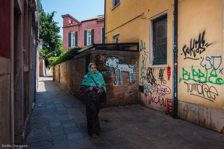 Arra viszont egyelőre nincs ötlet, hogy a graffitikkel szemben mit lehetne tenni, mert nincs pénz arra, hogy a házakat folyamatosan újravakolják.