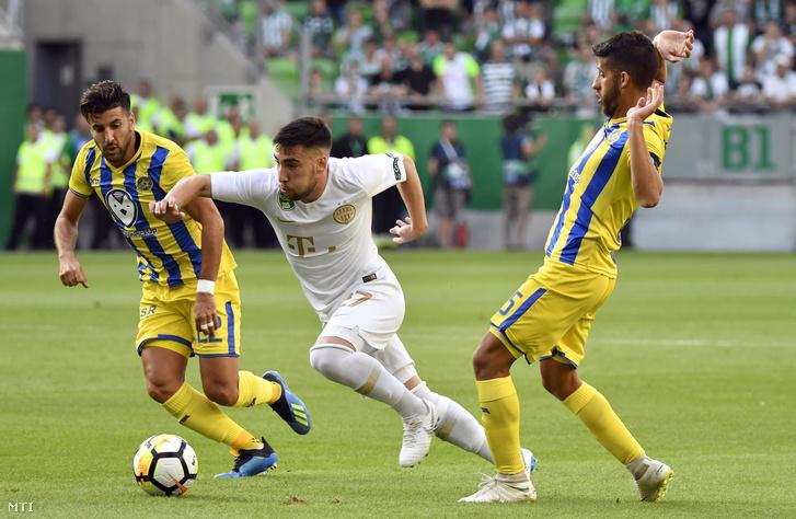 A ferencvárosi Fernando Gorriarán (k) valamint az izraeli Avi Rikan (b) Dor Miha a labdarúgó Európa Liga-selejtező első körében játszott Ferencváros - Makkabi Tel-Aviv mérkőzésen a Groupama Arénában 2018. július 12-én.
