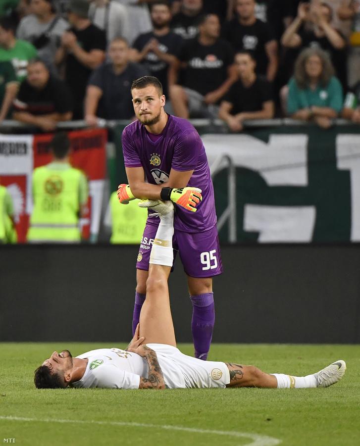 A ferencvárosi Davide Lanzafame (lent) és Predrag Rajkovic izraeli kapus a labdarúgó Európa Liga-selejtező első körében játszott Ferencváros - Makkabi Tel-Aviv mérkőzésen a Groupama Arénában 2018. július 12-én.