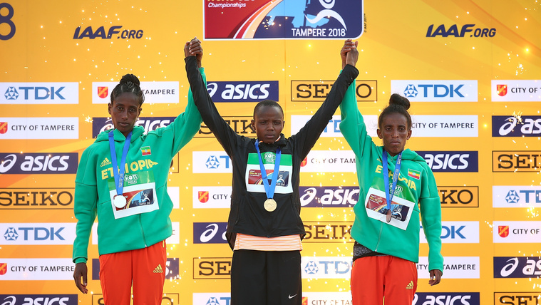 Girmawit Gebrzihair (jobbra) az ötezer méteres női síkfutás díjátadóján