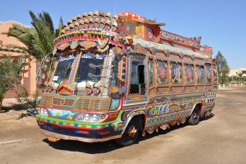 Pakisztánban minél feltűnőbb mintás és színes buszok szállítják az utasokat.