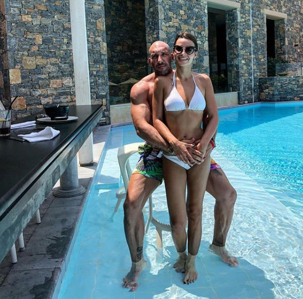 Berki Krisztián az elmúlt napokban számos nyaralós képet osztott meg Instagram-oldalán. Szerelmével, Renátával Görögországban pihennek.
