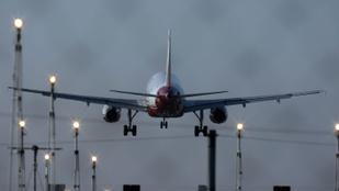 Ünnepelték, majd szétszedték a nőt, aki Twitteren közvetítette a repülőgépes románcot