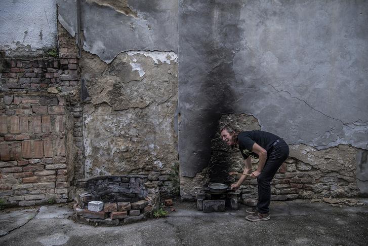 Zoliék otthonosan berendezkedtek az elhagyott épületben.
