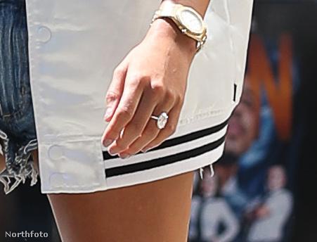 Hailey Baldwin a Justin Biebertől kapott gyűrűt viseli