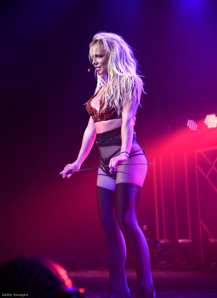 Britney Spears Las Vegas-i rezidens műsorát egyébként nemrég egy heti trendben emlegettük, szóval ha önt érdekli ez a műfaj (mármint a Las Vegas-i show-k műfaja) (vagy a heti trendek műfaja), akkor kattintson ide, mert ennek a lapozgatónak itt vége!