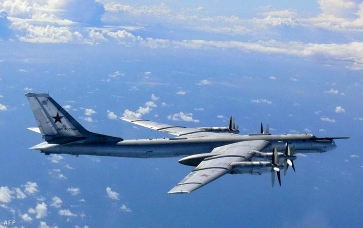 Egy orosz Tu-95-ös stratégiai bombázó Japán partjainál, 2013-ban