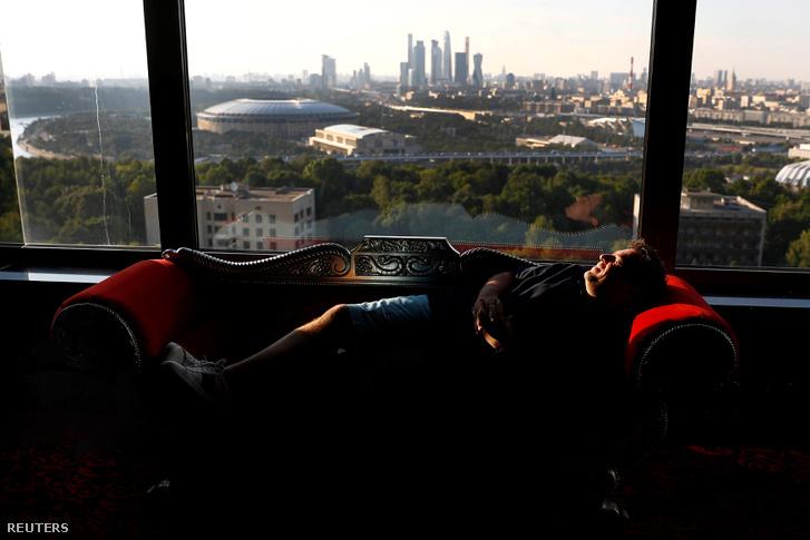 Carl Recine fotóriporter fújja ki magát a Luzsnyiki stadion szomszédságában lévő hotelszobában